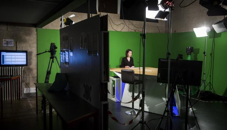 Les journalistes en herbe présentent des flashs d'info dans le studio télé de l'ESJ Lille.