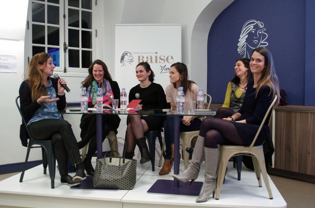 """Ici, dans le cadre du Girl in Tech, réseau international qui donne la parole aux femmes dirigeantes, Céline Lazorthes (à gauche), fondatrice du groupe Leetchi, se trouve aux côtés de directrices d'entreprise réunies pour évoquer le thème : """"Quel futur pour les moyens de paiement ?""""  //©Fourmy/Andia"""