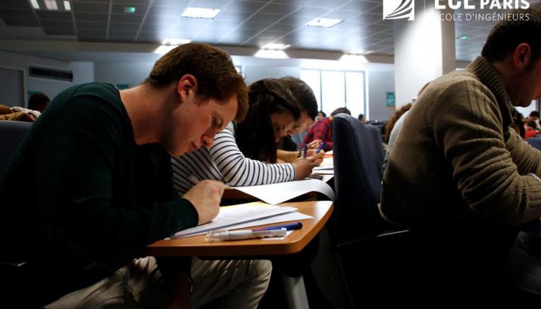 Les candidats en pleine réflexion lors de la Dictée Campus Eiffel, le 19 mars 2015.