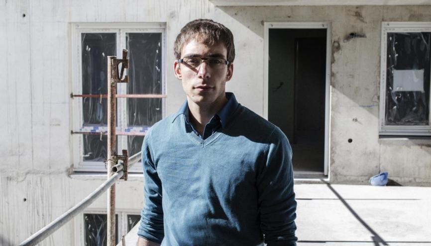 """Romain, 24 ans, conducteur de travaux chez Istra, à Boissy-Saint-Léger (94) : """"La vie de chantier, c'est la belle vie !"""" // © Mat Jacob/Tendance Floue pour l'Etudiant //©Mat Jacob / Tendance Floue pour l'Étudiant"""