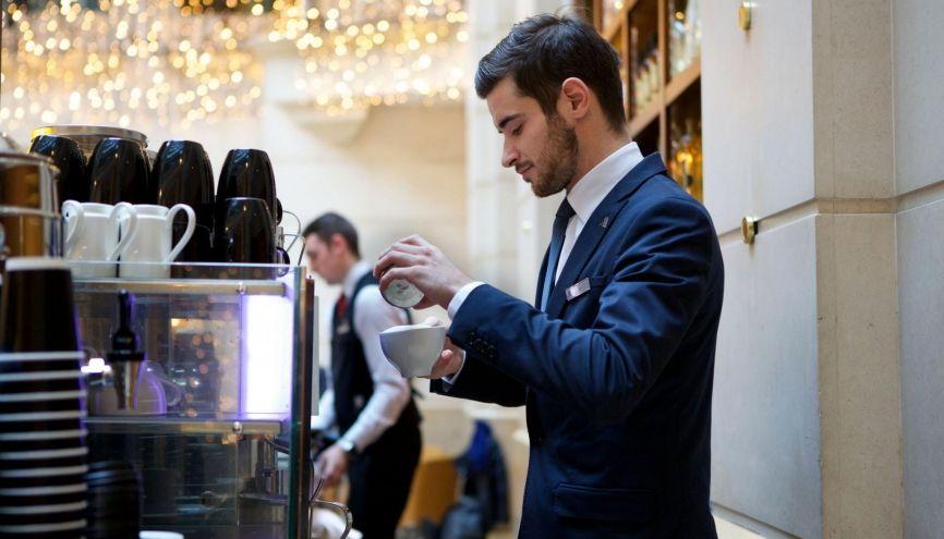 Bastien, 23 ans, chef de rang au banquet, au Marriott Champs-Elysées, à Paris //©Évelyne Garat pour l'Étudiant