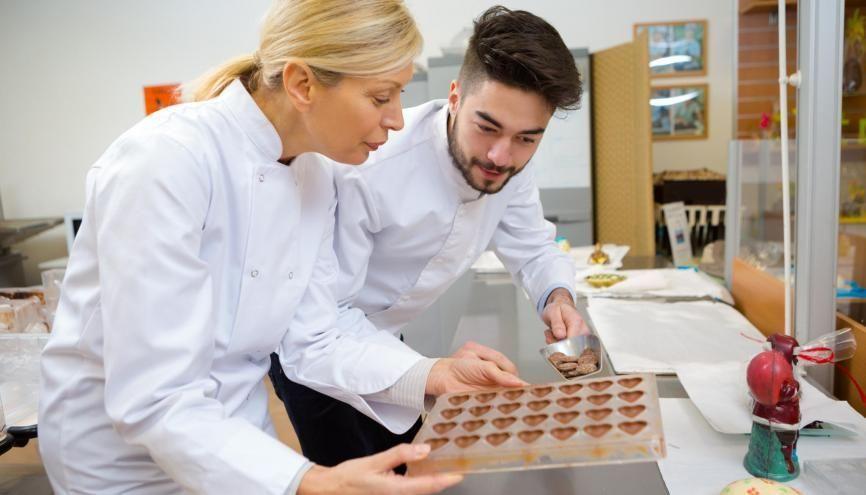 Envie de devenir chocolatier pour régaler les papilles des clients ? L'académie d'Aix-Marseille propose un CAP chocolatier-confiseur. //©Adobe Stock / Auremar