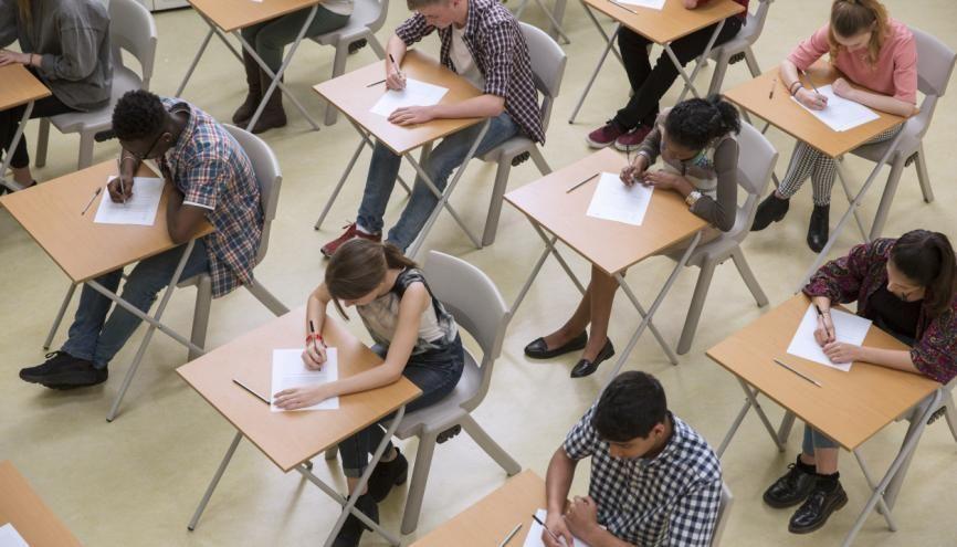 Les écrits des concours d'entrée aux écoles de commerce post-prépa sont reportés à fin mai. //©DEEPOL by plainpicture/Chris Ryan