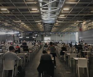 Plusieurs centaines de candidats ont planché au Parc des Expositions, porte de Versailles, à Paris, sur les épreuves de remplacement du bac 2020.