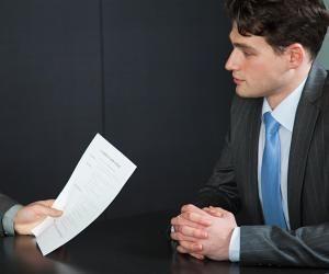Quand vous vous présentez, laissez à votre interlocuteur la possibilité de vous interrompre par des questions.