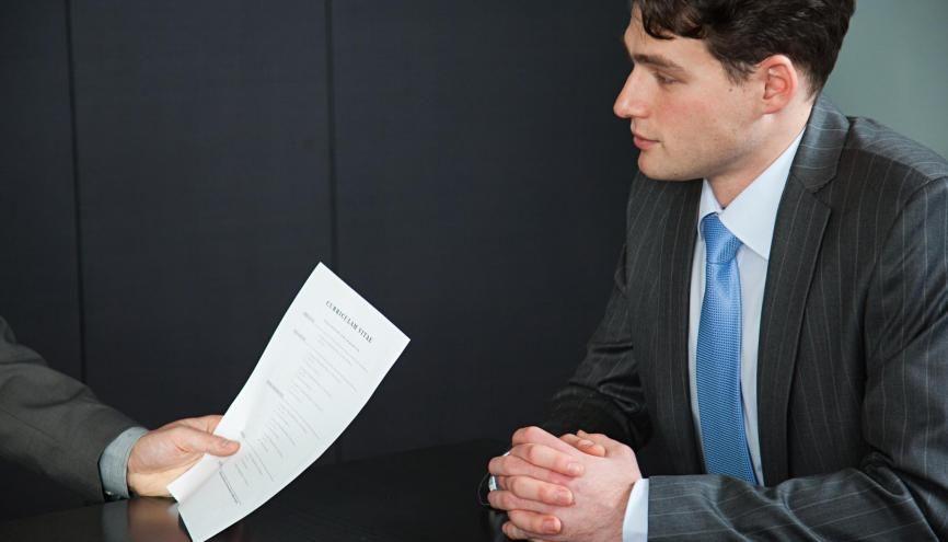 Quand vous vous présentez, laissez à votre interlocuteur la possibilité de vous interrompre par des questions. //©plainpicture/Image Source