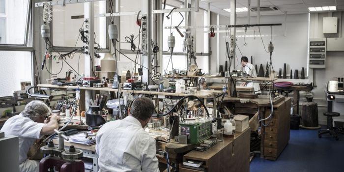 Cinq joailliers travaillent à l atelier.    © Mat Jacob Tendance Floue pour  l Etudiant 9d0466bd57f8