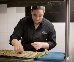Julia Sedefdjian, chef du restaurant étoilé Les Fables de La Fontaine, à Paris, gère sa cuisine d'une main de maître.
