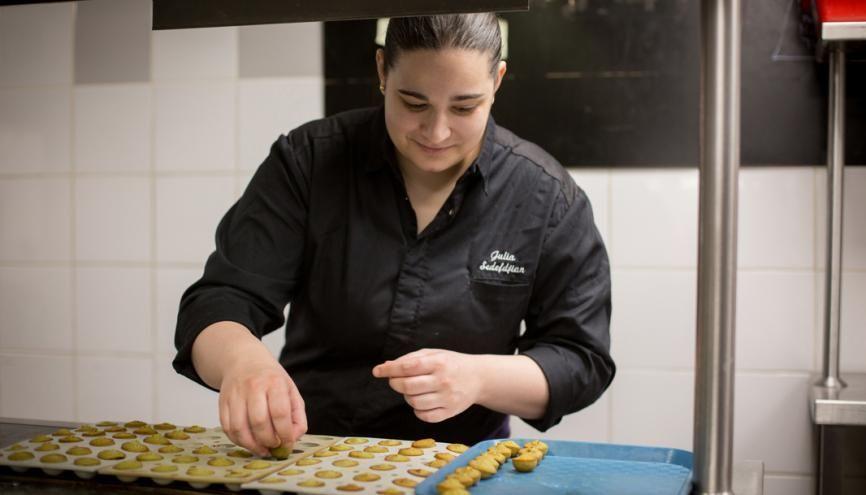 Julia Sedefdjian, chef du restaurant étoilé Les Fables de La Fontaine, à Paris, gère sa cuisine d'une main de maître. //©Julie Balagué pour l'Étudiant