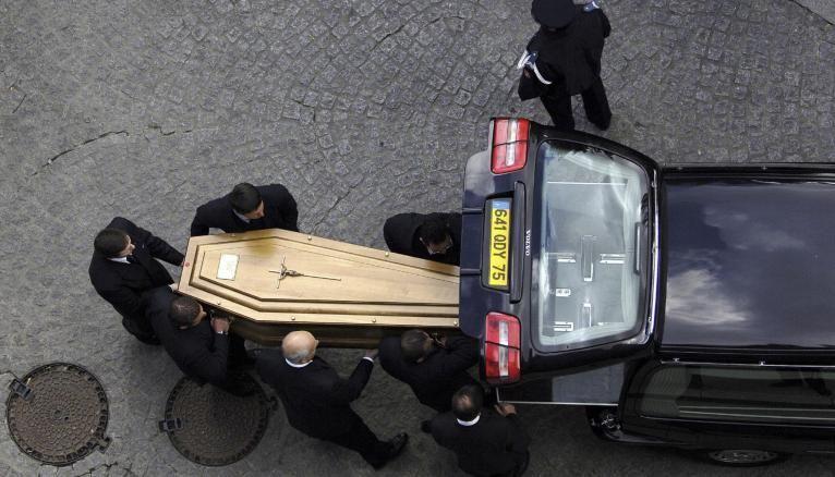 Dès 16 ans, vous pouvez commencer comme porteur de cercueil.