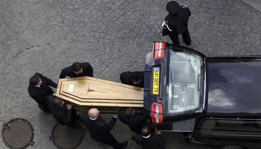 Dès 16 ans, vous pouvez commencer comme porteur de cercueil. //©Richard DAMORET/REA