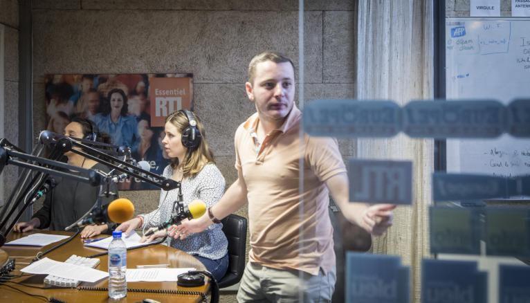 Dans le studio de radio, les élèves apprennent à hiérarchiser l'info et à gérer le stress.