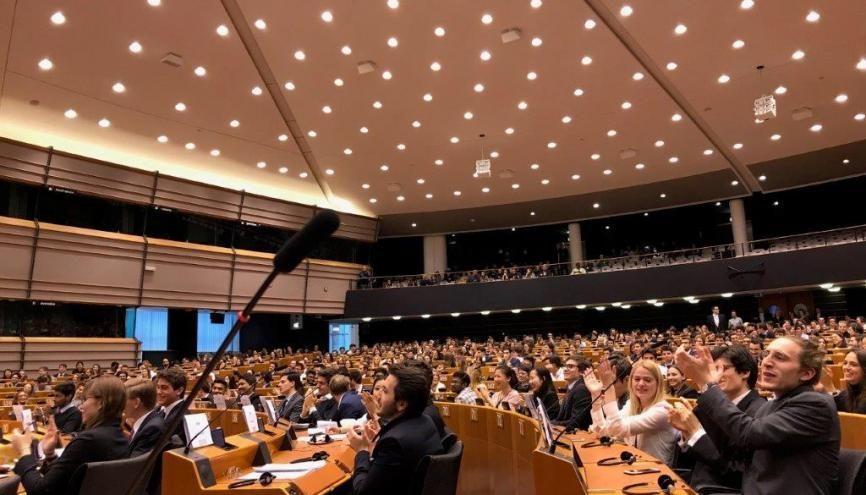 Dans l'hémicycle du Parlement européen, les débats des étudiants de l'ESCP Business School sont animés. //©Dahvia Ouadia