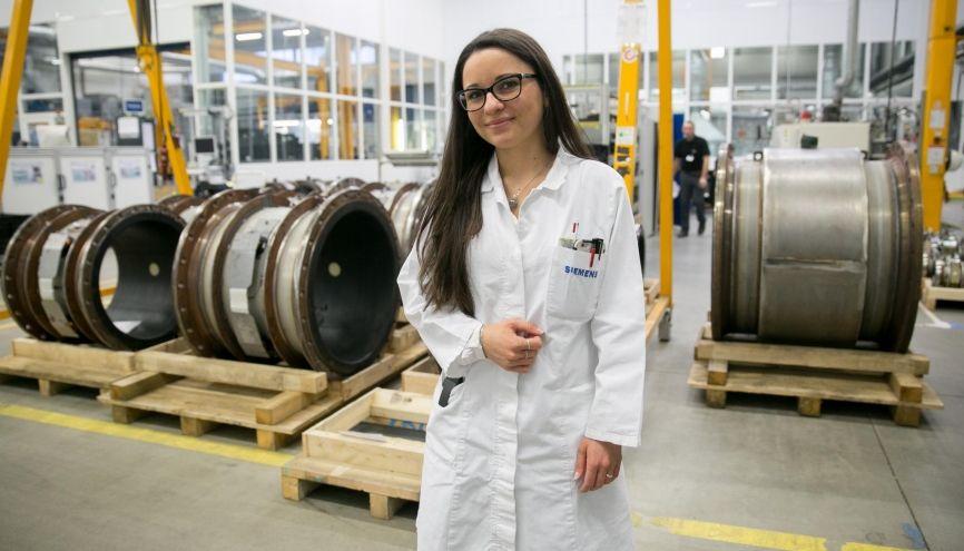 Émeline, apprentie au service de production de Siemens à Haguenau (67) //©Frédéric Maigrot/REA pour l'Etudiant