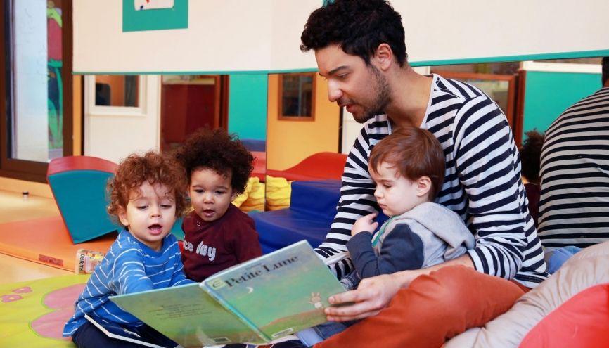 Matthieu a choisi la petite enfance, un secteur déserté par les garçons. //©Bernard Desprez pour l'Etudiant