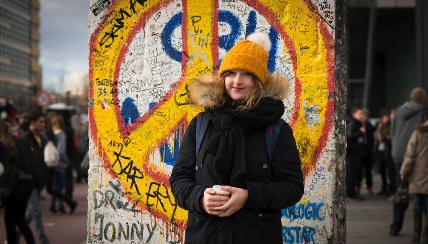 Louisa devant l'un des vestiges du mur de Berlin, sur la Potsdamer Platz, en centre-ville. //©Didier Bizet/Hans lucas pour l'Etudiant