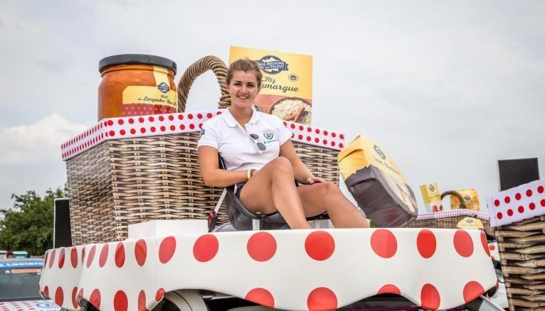 Morgane étudiante en M2 en école de commerce distribue des échantillons de produits Leclerc sur le Tour de France 2019.