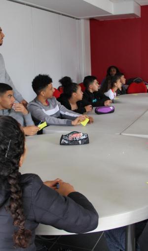 Lors des colos apprenantes, les adolescents participent à des activité éducatives, comme des débats ou des quiz sur les valeurs de la République.