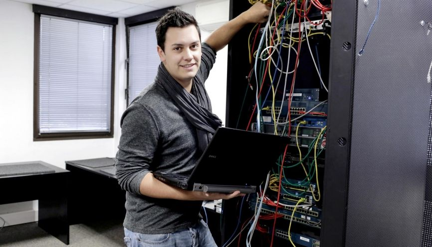 Simon, 22 ans, en école d'ingénieurs à Télécom Lille, apprenti en réalisation chez Telindus France, à Villeneuve-d'Ascq (59). //©Aimée Thirion pour L'Étudiant