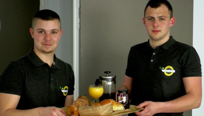Antonin (à droite) et son ami Paul ont fort à faire en avril entre les examens de fin d'année, la préparation du concours Passerelle 2 et la création de leur start-up. //©Etienne Gless