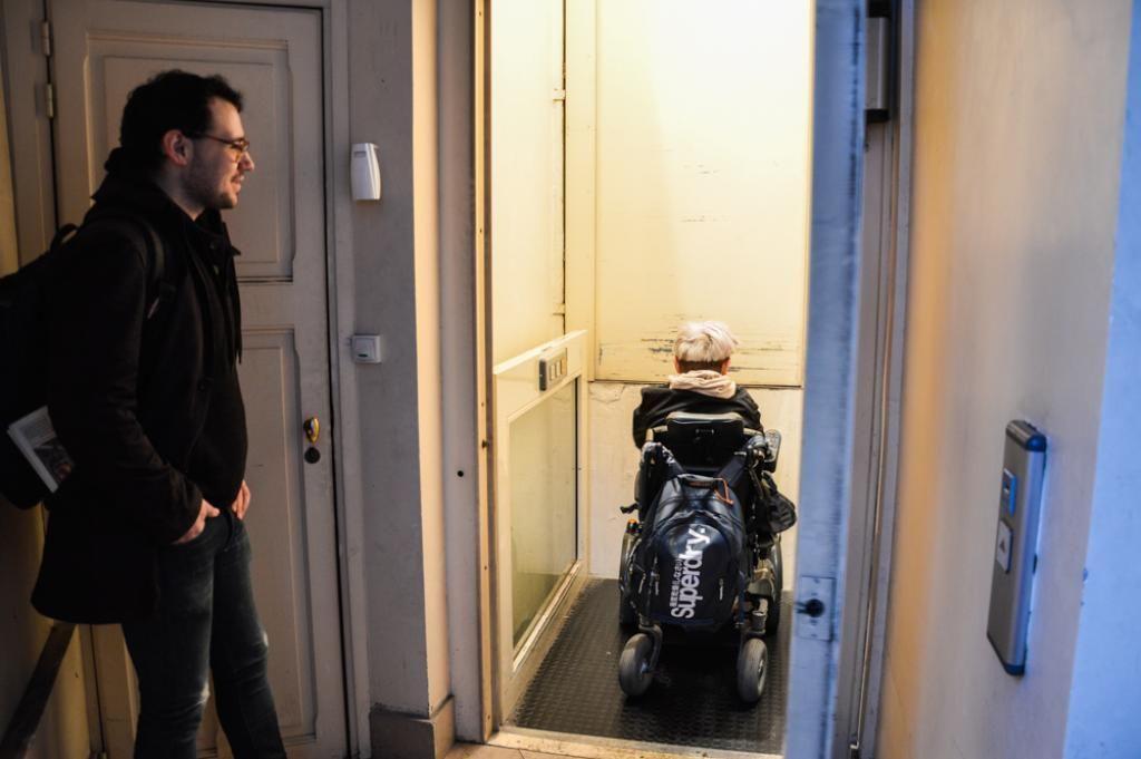 Guillaume emprunte un ascenseur pour aller en cours, accompagné par Angelo, l'AESH. //©erwin canard