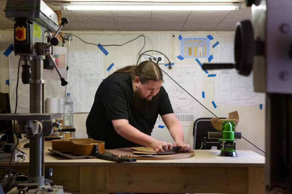 Ici dans son atelier, Alexandre fabrique et restaure des instruments en s'aidant de dessins techniques réalisés à l'aide d'un logiciel. //©Évelyne Garat pour l'Étudiant