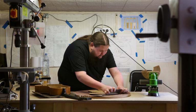 Ici dans son atelier, Alexandre fabrique et restaure des instruments en s'aidant de dessins techniques réalisés à l'aide d'un logiciel.