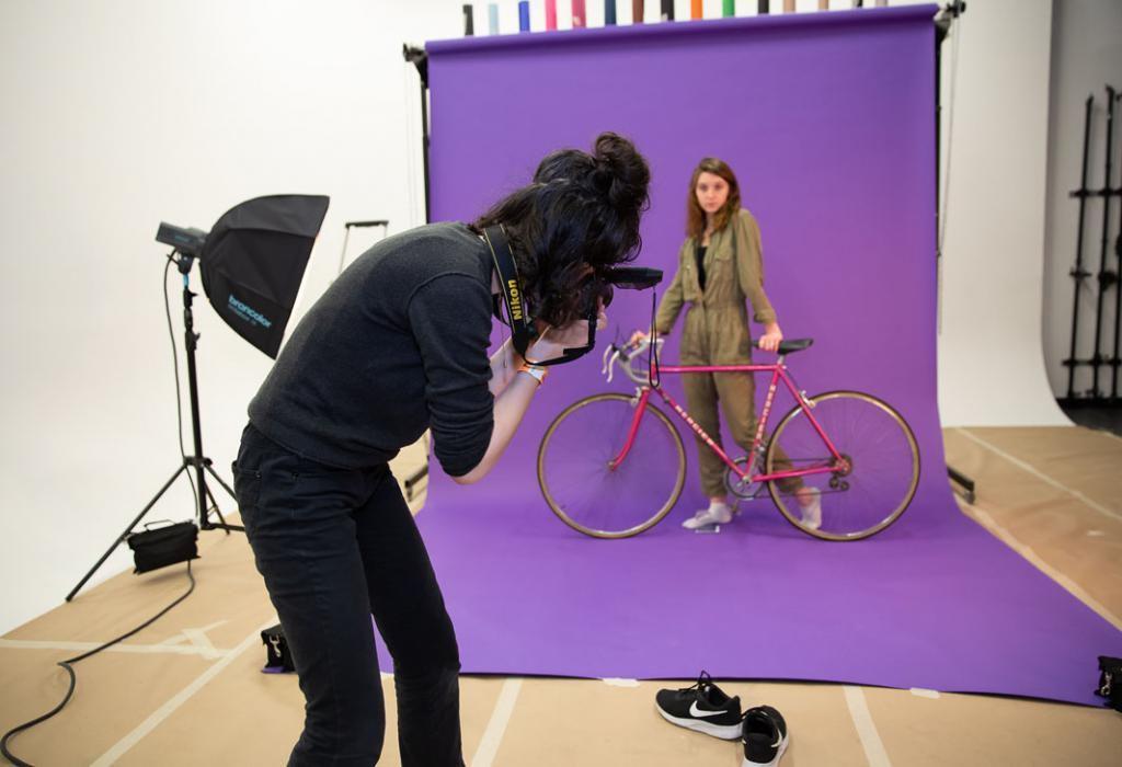 Avec son appareil photo, Agathe mitraille son vélo pour un projet en 3D. //©Florence Levillain pour L'Étudiant