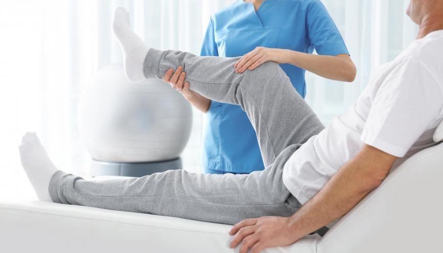 Le métier de masseur-kinésithérapeute exige 5 ans d'études minimum. //©New Africa / Adobe Stock