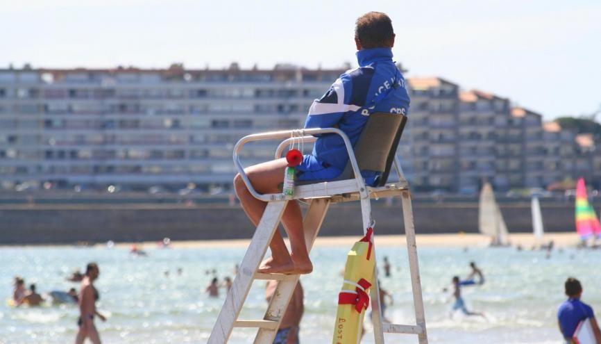 Titulaire d'un diplôme de secourisme ou de nageur sauveteur, vous pourrez travailler cet été en tant surveillant de plage. //©Somwaya / Adobe Stock