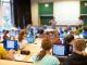 groupe d'étudiants avec un ordinateur dans un amphithéâtre //©Fotolia