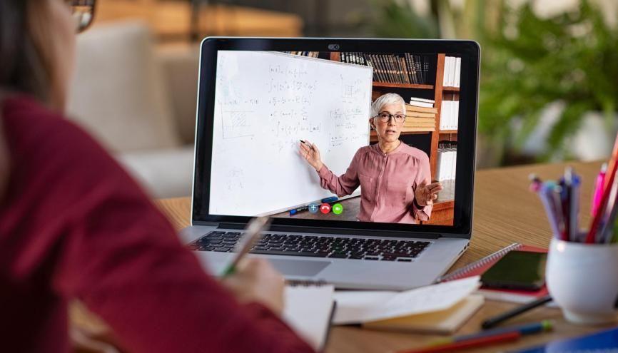Par visioconférences ou par d'autres canaux, il est important de garder le lien avec vos professeurs. //©Rido/Adobe Stock
