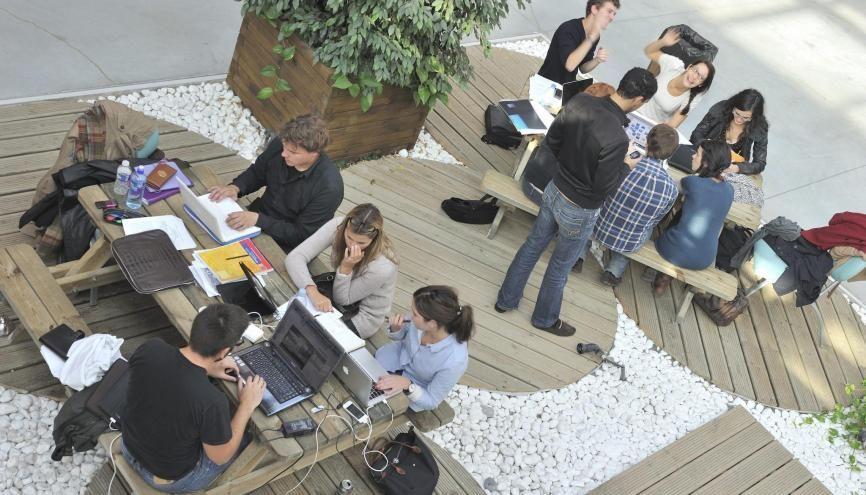 Attention aux langues, les étudiants du CESEM de Neoma, par exemple, partent deux ans à l'étranger. //©Neoma