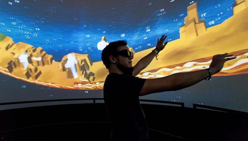 Un étudiant de l'ENJMIN d'Angoulême se plonge dans un univers 3D à 360°. L'expérimentation est au cœur des formations en jeux vidéo. //©Yohan Bonnet / Hans Lucas pour L'Etudiant