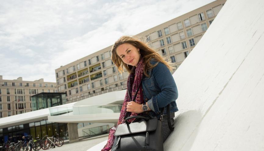 Anaïs, 19 ans, en deuxième année de licence d'anglais, à l'université du Havre. Ici, devant le Volcan, centre culturel havrais. //©Laurent Guizard pour l'Etudiant