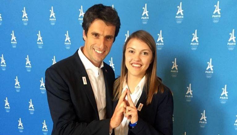 Claire (ici avec le champion Tony Estanguet, coprésident de Paris 2024) prépare son M2 en management des organisations sportives.