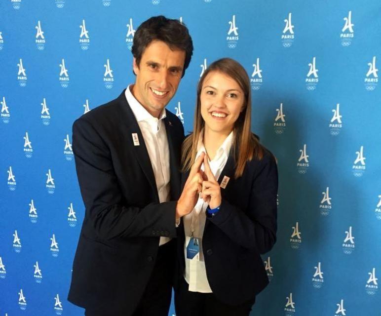 Claire (ici avec le champion Tony Estanguet, coprésident de Paris 2024) prépare son M2 en management des organisations sportives. //©Photo fournie par le témoin