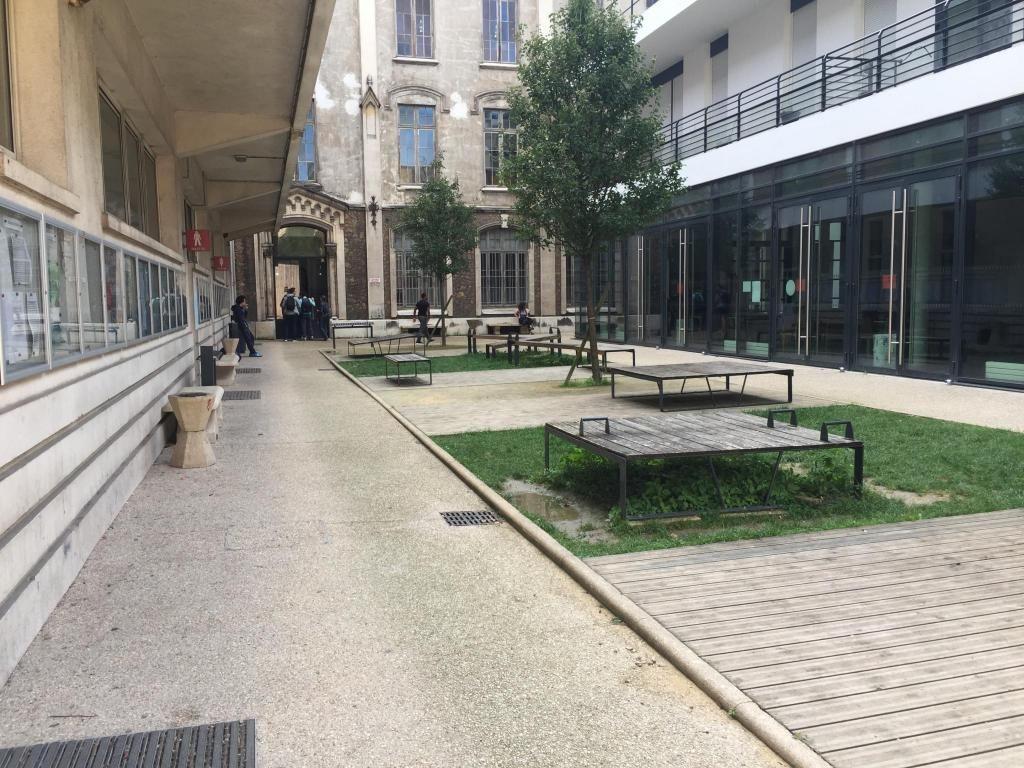 Quelques étudiants s'attardent dans la cour centrale de l'UFR de STAPS de Paris-Descartes avant de partir rejoindre l'amphi pour deux heures de cours magistral. //©Laura Taillandier