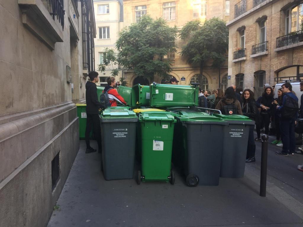 Des lycéens de Fénelon ont empilé les poubelles du quartier pour bloquer l'entrée de l'établissement. //©Laura Taillandier