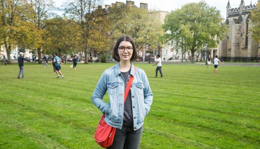 Florie devant le College Green, à Bristol, dont le parc est l'un des spots favoris des étudiants. //©Alejandro Acin pour l'Etudiant