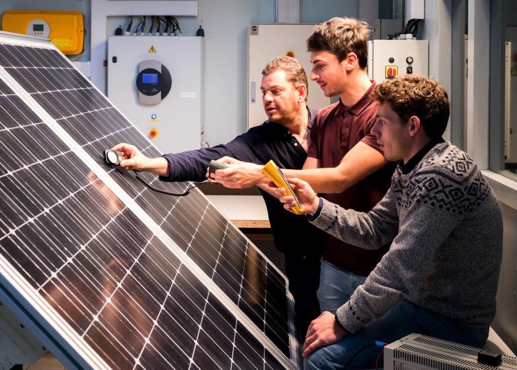 Table de ping-pong ? Non ! Les panneaux photovoltaïques sont de sortie pour les étudiants en BTS électrotechnique, qui apprennent à prendre des mesures avec leur enseignant. //©Thomas Louapre / Divergence pour l'Étudiant