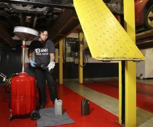 Ludivine est apprentie mécanicienne dans une concession automobile.