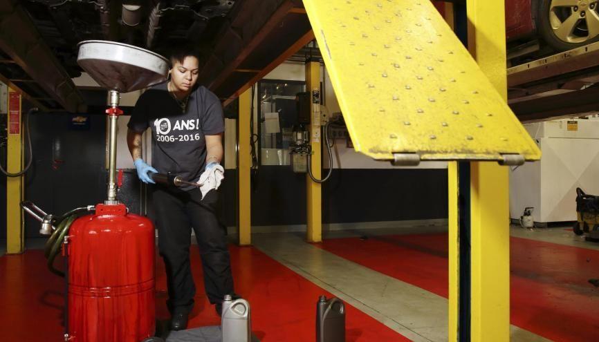 Ludivine est apprentie mécanicienne dans une concession automobile. //©Bertrand Desprez pour L'Étudiant