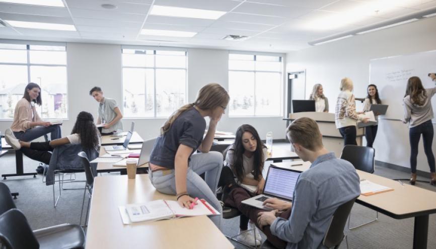 A l'université, différents projets font évoluer le format des enseignements et les étudiants y gagnent en autonomie. //©Deepol/Plainpicture