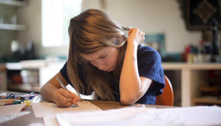 Pour gagner en autonomie, commencez à faire vos devoirs seul et demandez ensuite à vos parents de les vérifier. //©PlainPicture