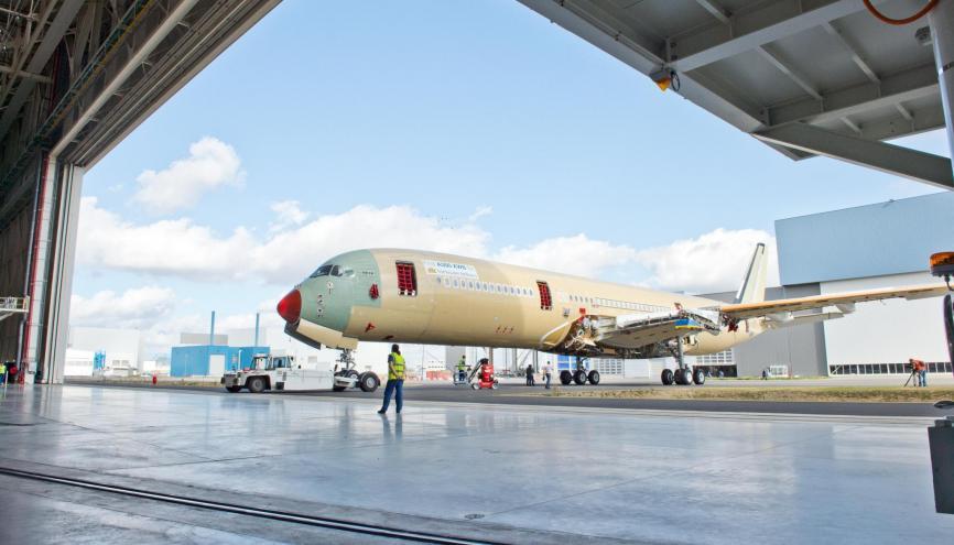 Les ingénieurs et les jeunes diplômés sont majoritairement recrutés chez Airbus Group (ici, l'A350, dernier-né du constructeur aéronautique européen). //©Airbus S.A.S.