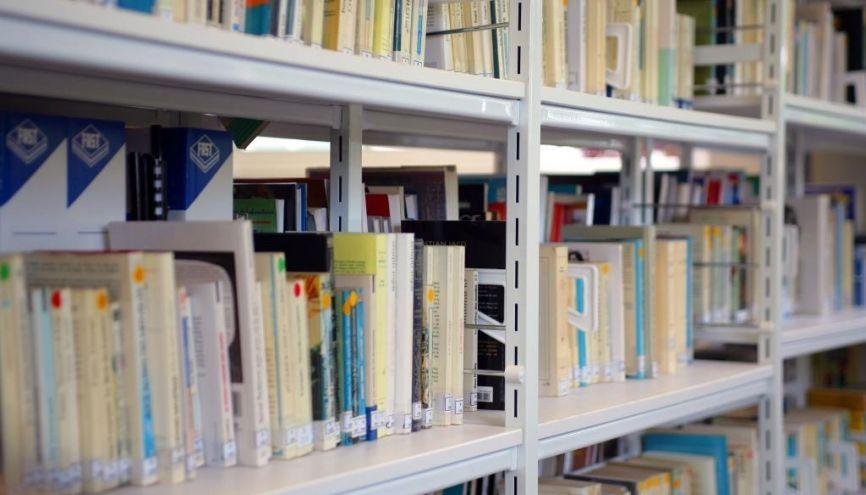 Certains livres de référence pourront vous suivre pendant toutes vos études. //©Phovoir