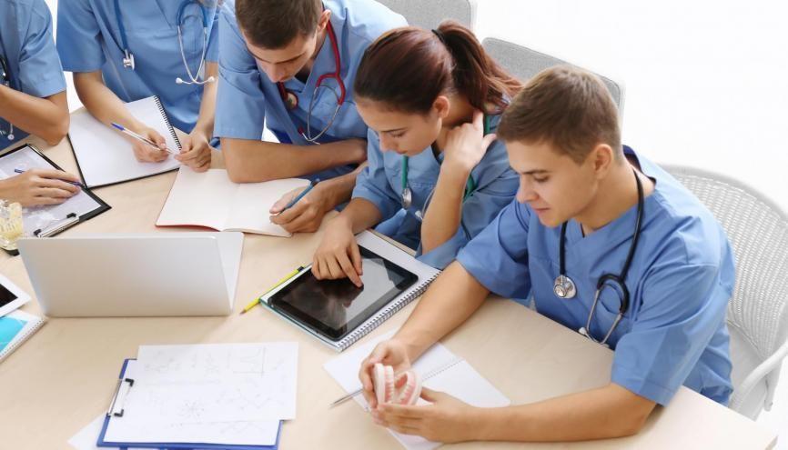 C'est officiel, les étudiants infirmiers peuvent désormais adapter leur planning en fonction de leurs obligations. //©Africa Studio / Adobe Stock