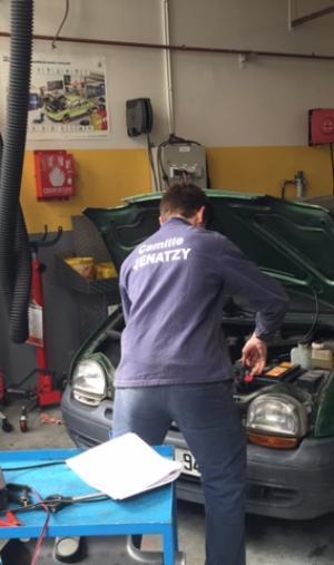 Dans l'atelier de maintenance du lycée Camille-Jenatzy, les élèves travaillent sur les voitures des clients.