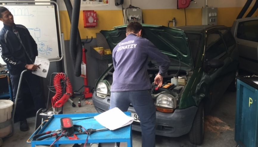 Dans l'atelier de maintenance du lycée Camille-Jenatzy, les élèves travaillent sur les voitures des clients. //©IDautresme